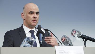 Bundesrat Alain Berset lobte am Dienstag vor den Medien das neue Drive-in-Testcenter auf der Luzerner Allmend. (Bild: Jakob Ineichen,Luzern, 31. März 2020)