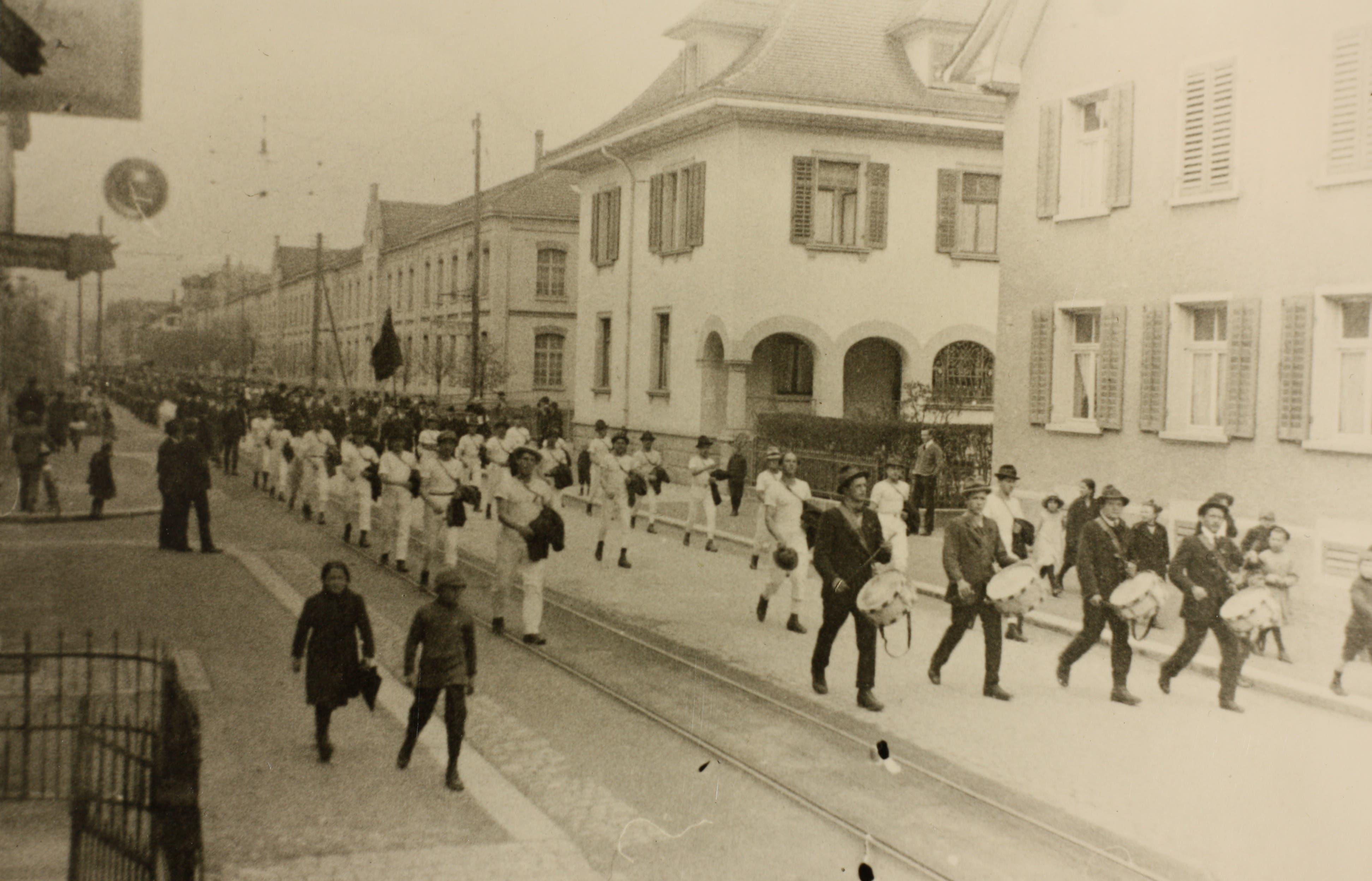 Der 1.-Mai-Umzug von 1922 in Zug, im Hintergrund ist die Metallwarenfabrik zu sehen.