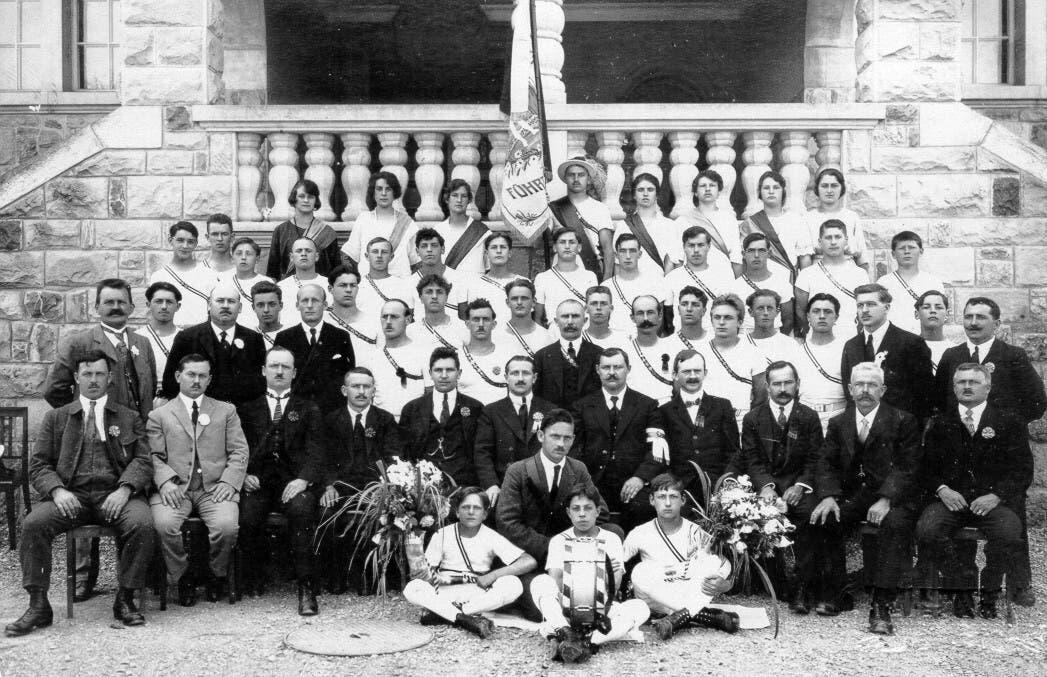 Die Fahnenweihe 1923 beim Schulhaus Inwilerstrasse (heute Dorfmatt).