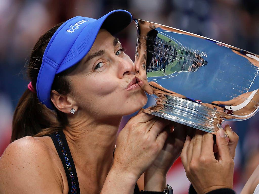 Martina Hingis küsst die US-Open-Trophäe nach dem Sieg in der Doppel-Konkurrenz