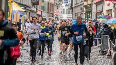 Läuferinnen und Läufer in der Kapellgasse am letztjährigen Luzerner Stadtlauf. (Bild: Nadia Schärli (5. Mai 2019))