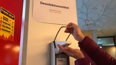 An unserer Schule stehen überall Spender mit Desinfektionsmittel. (Katharina Rutz)