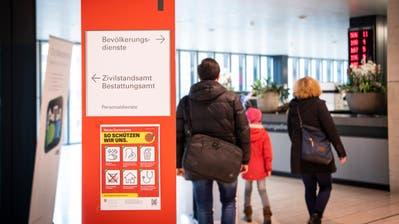 Die Schalter der städtischen Dienststellen sind normal geöffnet. Mit einem Plakat wird aber auf die Massnahmen wegen des Corona-Virus hingewiesen. (Bild: Ralph Ribi)