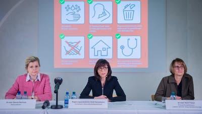 Kantonsärztin Danuta Reinholz, Regierungspräsidentin Heidi Hanselmann und Präventivmedizinerin Karin Faisst informieren über den ersten St.Galler Corona-Fall. (Bild: Urs Bucher)