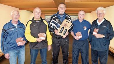 Sie erkämpften sich die Preise am Einzel-Cup des Urner Sportkeglerverbandes; von links: Klemens Arnold (4.), Robert Baumann (2.) Sieger Bruno Triulzi, Rudolf Walker (3.) und Ruedi Loretz (9.). (Bild: Georg Epp (Altdorf, 3. März 2020))
