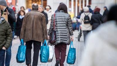 Gut gefüllte Taschen in Konstanz: Nach wie vor ringt das Bundesparlament um eine Haltung zum Einkaufstourismus. (Reto Martin)