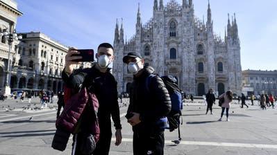Für einmal ein seltener Anblick: Asiatische Touristen vor dem Mailänder Dom. Thurgauer verzichten derzeit aber immer mehr auf Reisen in die norditalienische Metropole. (Bild: Claudio Furlan, Keystone)