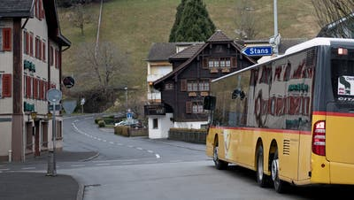 Ein Postauto bei der Haltestelle Post in Ennetbürgen. (Bild: Corinne Glanzmann (Ennetbürgen, 7. März 2018))