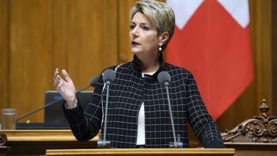 Bundesrätin Karin Keller-Sutter läuft mit ihrem Gegenvorschlag zur Konzernverantwortungsinitiative im Nationalrat auf. (Anthony Anex / KEYSTONE)