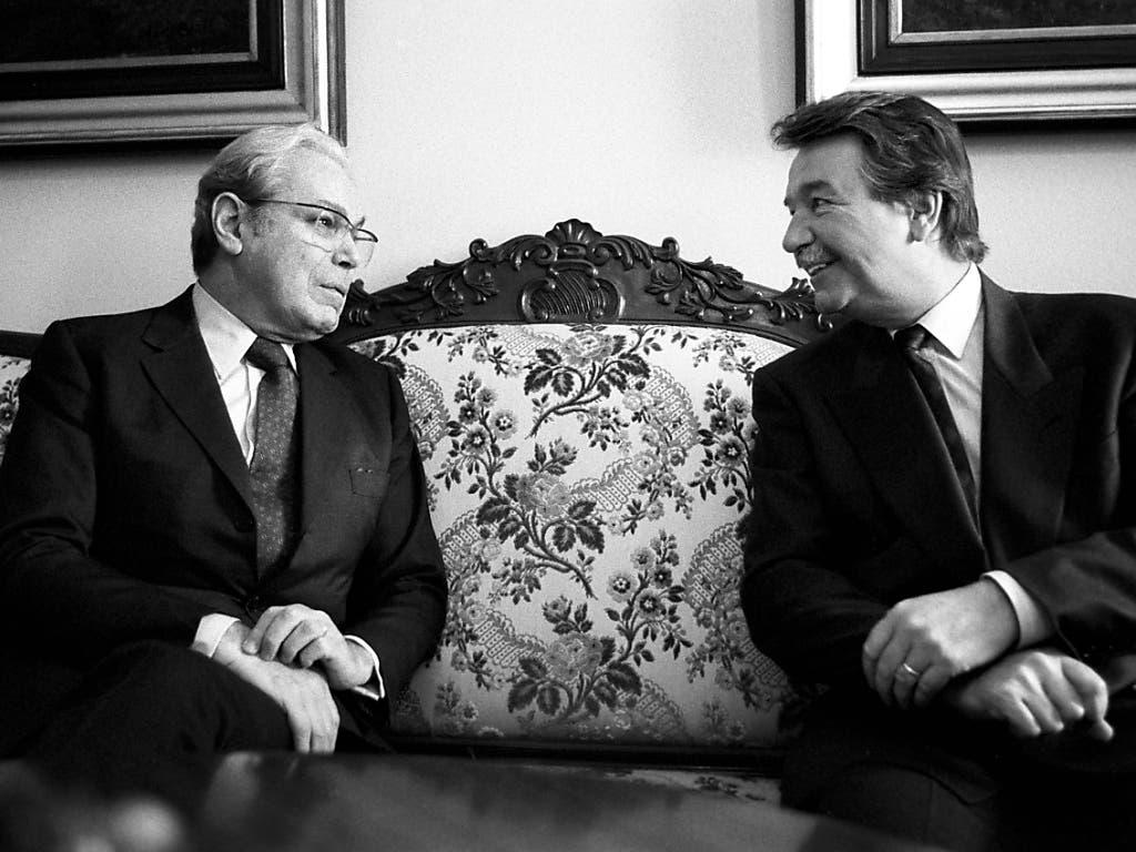 Der damalige UNO-Generalsekretär Javier Perez de Cuellar im Gespräch mit dem ehemaligen Bundesrat René Felber (rechts)