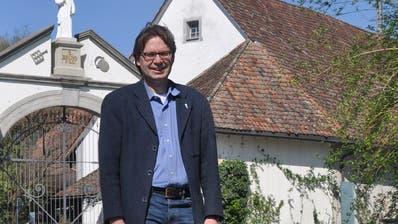 Kandidat Thomas Bachofner vor dem Tor mit dem Heiligen Bruno bei der Kartause Ittingen. ((Bild: Evi Biedermann))