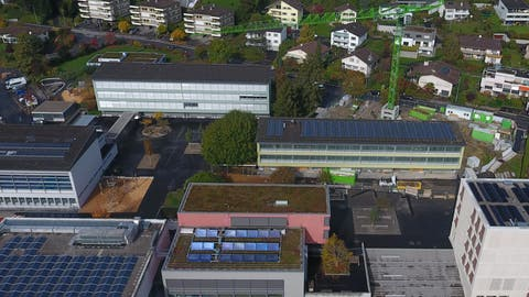 Die Schulanlage Hofmatt aus der Vogelschau – das Hofmatt 1 befindet sich vor dem grünen Kran, das Hofmatt 2 schräg links dahinter. ((Bild: PD/Gemeinde Meggen))
