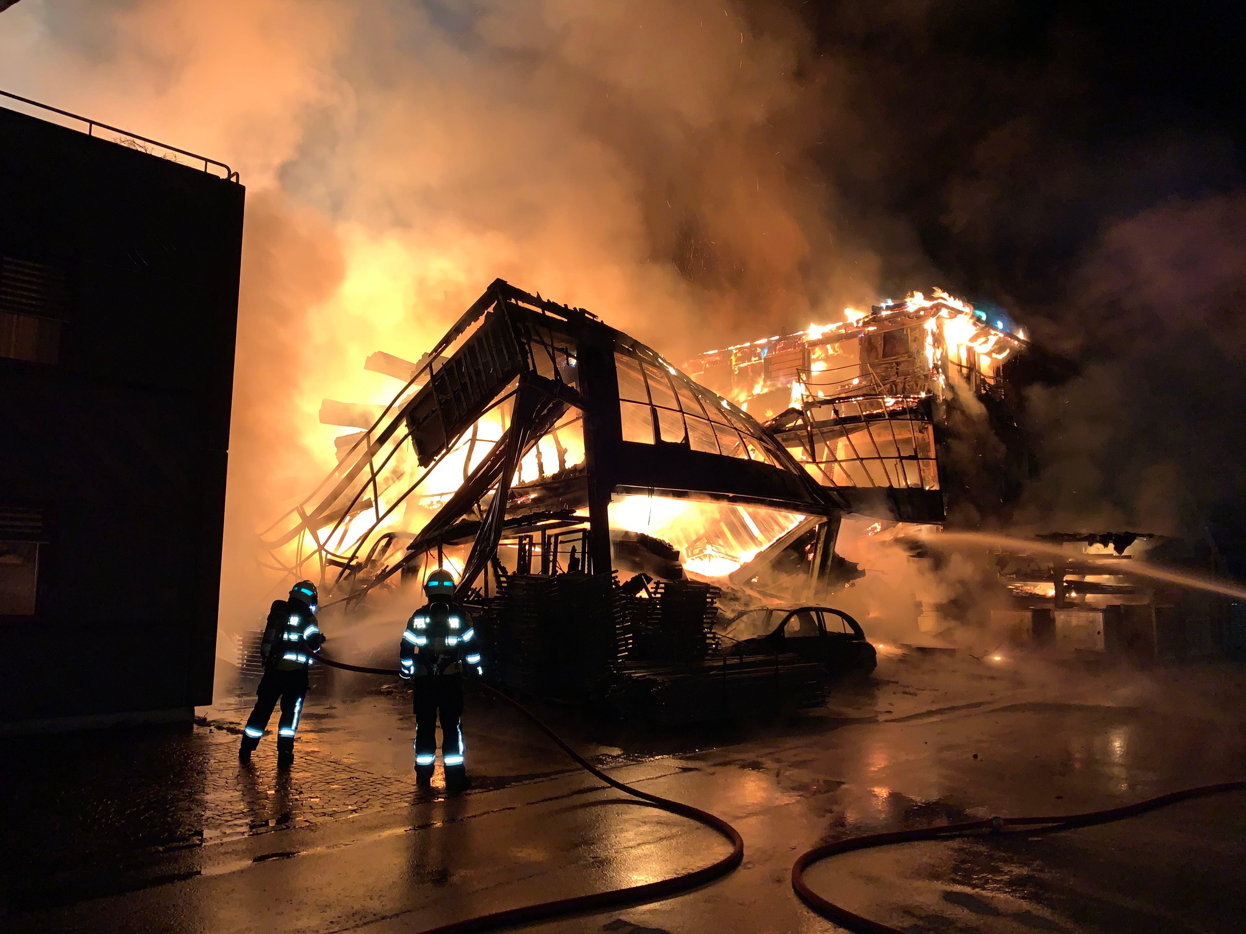In der Nacht auf Donnerstag stand eine Appenzeller Dachdeckerfirma in Flammen. Es entstand hoher Sachschaden von mehreren 100'000 Franken.