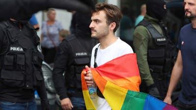 An einer Pride-Parade im polnischen Plockdemonstrierten Aktivisten gegen die homophoben Tendenzen in Polen. (Bild: Keystone)