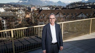 Beat Züsli auf der Dachterrasse der neuenABL-Siedlung Himmelrich. (Manuela Jans-Koch | Lz)