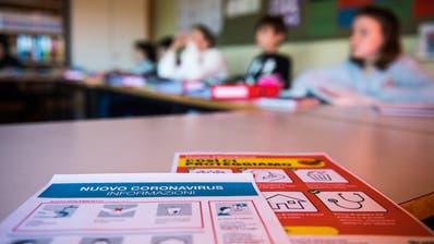 Das Merkblatt zum Corona-Virus auf dem Tisch eines Schulzimmers. (Bild: Alessandro Crinari/KEY)