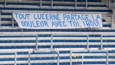 Die FCL-Fans beweisen mit diesem Transparent in der leeren Kurve der Swisspor-Arena ihre Empathiemit Ibrahima Ndiaye: «Ganz Luzern teilt den Schmerz mit dir, Ibou!» (Bild: Boris Bürgisser (6. März 2020))