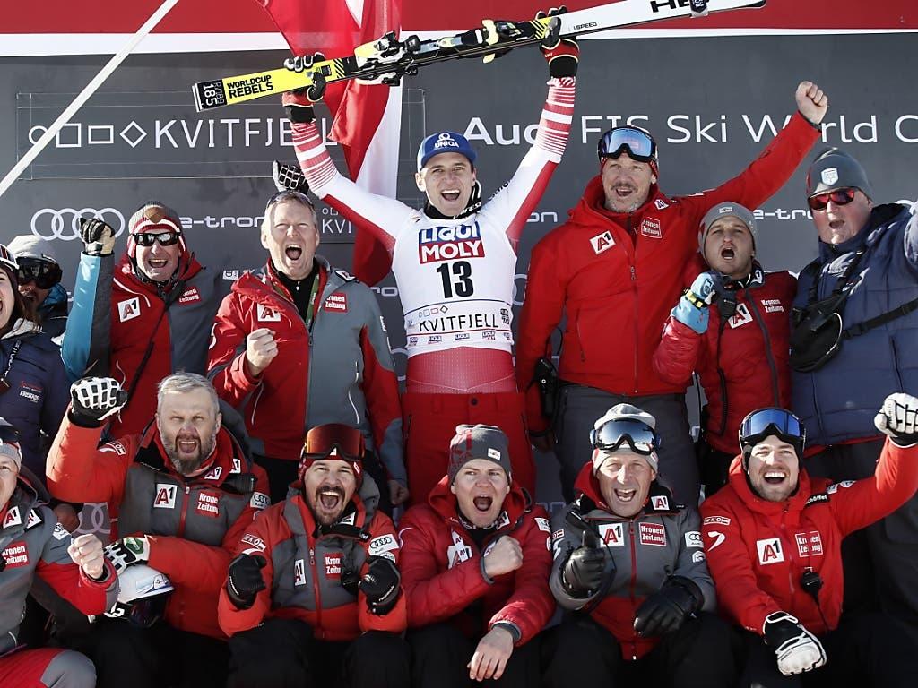 Österreichs Equipe feiert Matthias Mayer