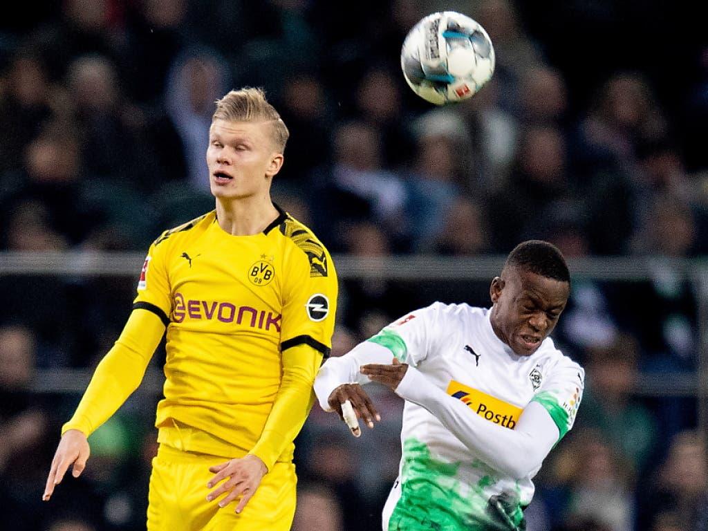 Denis Zakaria (rechts/im Duell mit Dortmunds Erling Haaland) schied noch vor der Pause verletzt aus