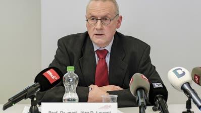 Chefarzt Jörg Leuppi informierte am Sonntag die Medien über den Verstorbenen. (Kenneth Nars)