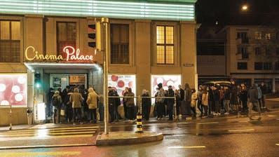 Zutritt nur mit Registrierung: Schlange vor dem Kulturlokal Palace am Freitagabend. ((Bild: Nik Roth))