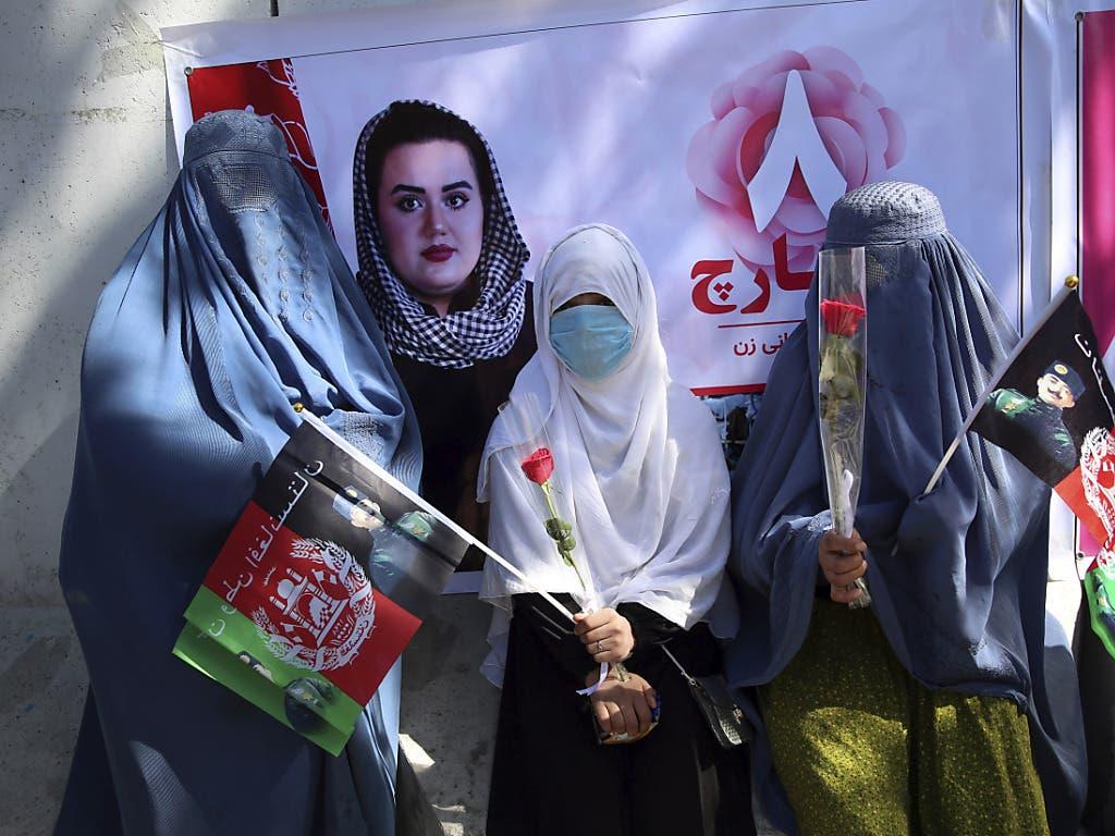 In der afghanischen Hauptstadt Kabul haben NGO am Internationalen Frauentag Bettlerinnen versammelt.