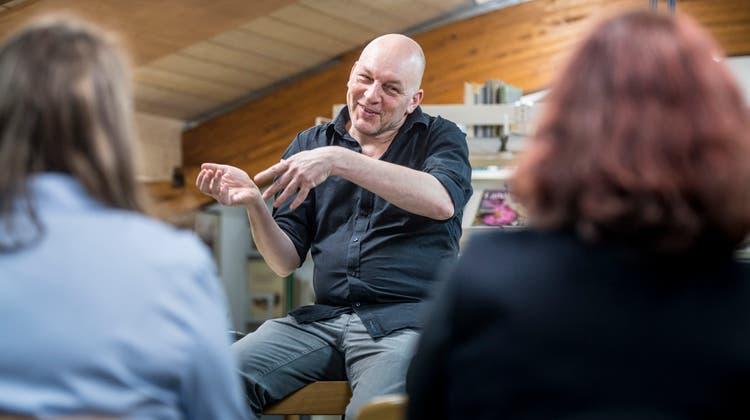 Schriftsteller Tim Krohn während seiner Lesung in der Bibliothek Matzingen. ((Bild: Andrea Stalder))