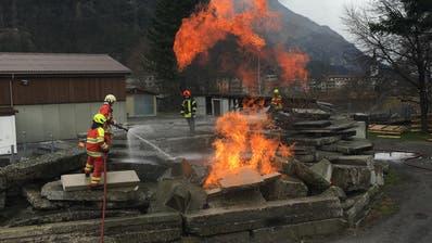 Die neuen Urner Feuerwermänner üben in Erstfeld praxisnah für den Ernstfall. (Bild: PD)