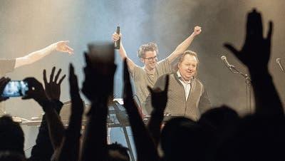 Dachs-Sänger Basil Kehl (mit Flasche) und Ex-Radrennfahrer Beat Breu lassen sich im Palace feiern.