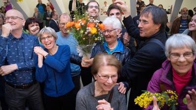Haben am Sonntag im Pfalzkeller Grund zum Jubeln: Grüne aus dem Wahlkreis St.Gallen-Gossau feiern ihren dritten Sitz. Er geht an Margot Benz (zweite von links). (Bild: Ralph Ribi)