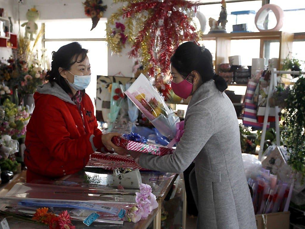 Eine Frau in der nordkoreanischen Hauptstadt Pjöngjang kauft zum Internationalen Frauentag Blumen.