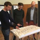 Die Architekten Nino und Mario Soppelsa erklären Schulpräsident Jörg Kobler anhand des Modells Details des Projekts. ((Bild: Urs Nobel))