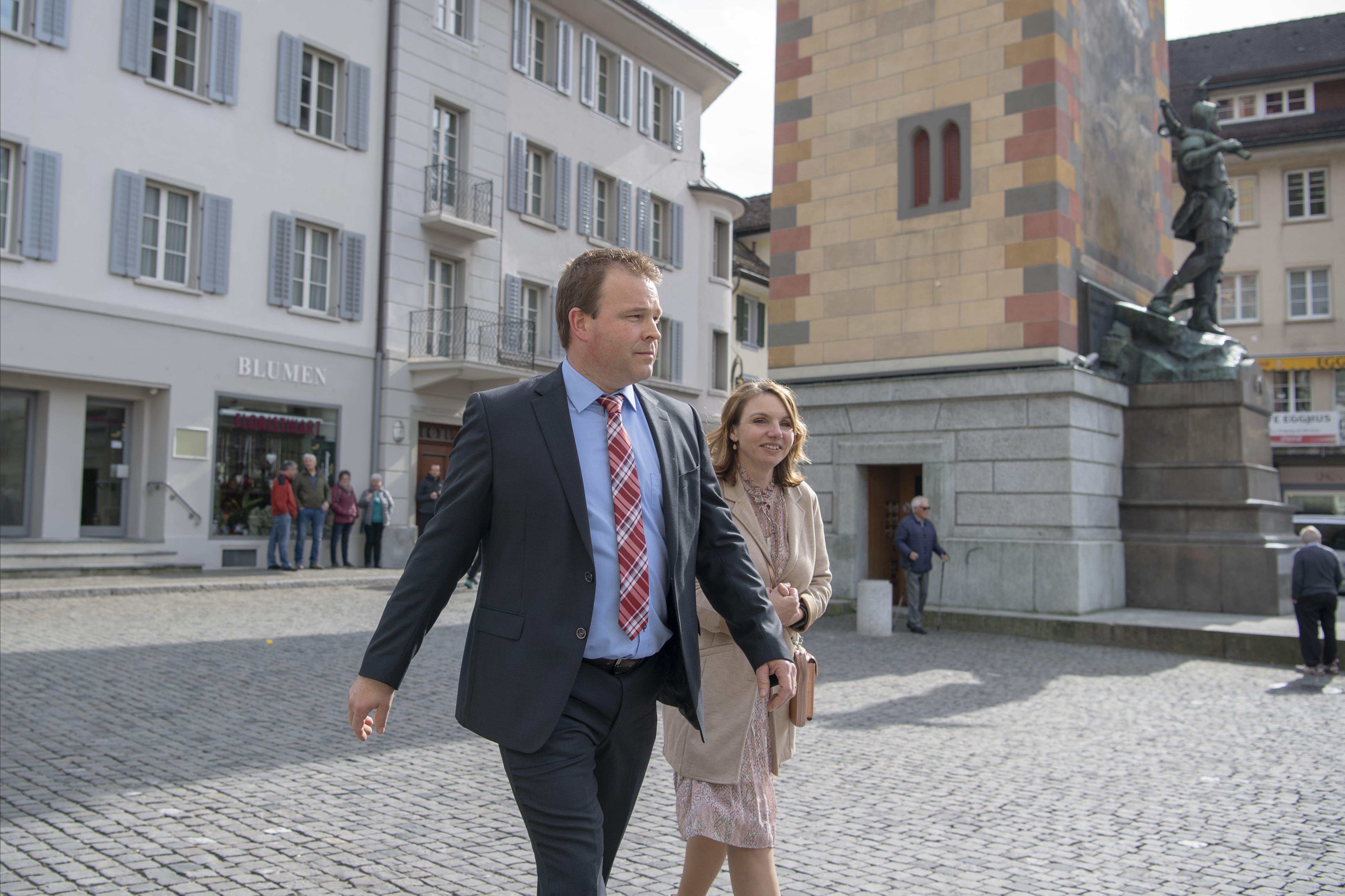 Der neu gewählte Urner Regierungsrat Christian Arnold (SVP) mit seiner Frau Erika.