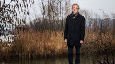 Adrian Borgula, Stadtrat Grüne, bei der Brut-Insel am Alpenquai in Luzern – für ihn ist sie ein Beispiel dafür, dass der Mensch auch in der Stadt seinen Lebensraum mit Tieren und Pflanzen teilen kann. (Bild: Eveline Beerkircher, 5. März 2020)