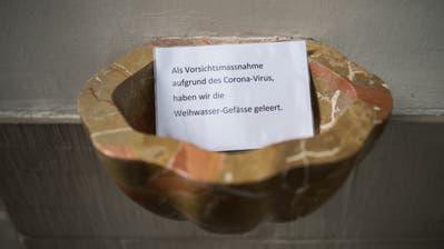 Ausnahmsweise spiegelt sich der St.Galler Heiligenhimmel nicht im Weihwasser, denn das Becken ist leer. (Bild: Benjamin Manser)