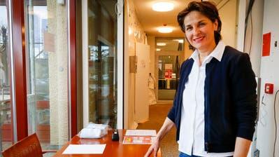 Geschäftsleiterin Ingrid Markart bei der Eingangskontrolle, die am Montag im Pflegeheim Pelagoin Rorschacherberg installiert wurde.