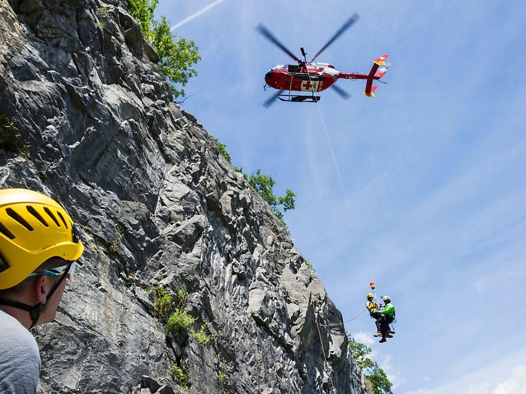 Rettungsübung der Rega und des SAC: die Bergretter mussten im Jahr 2019 etwas weniger in Not Geratene bergen als im Jahr zuvor.