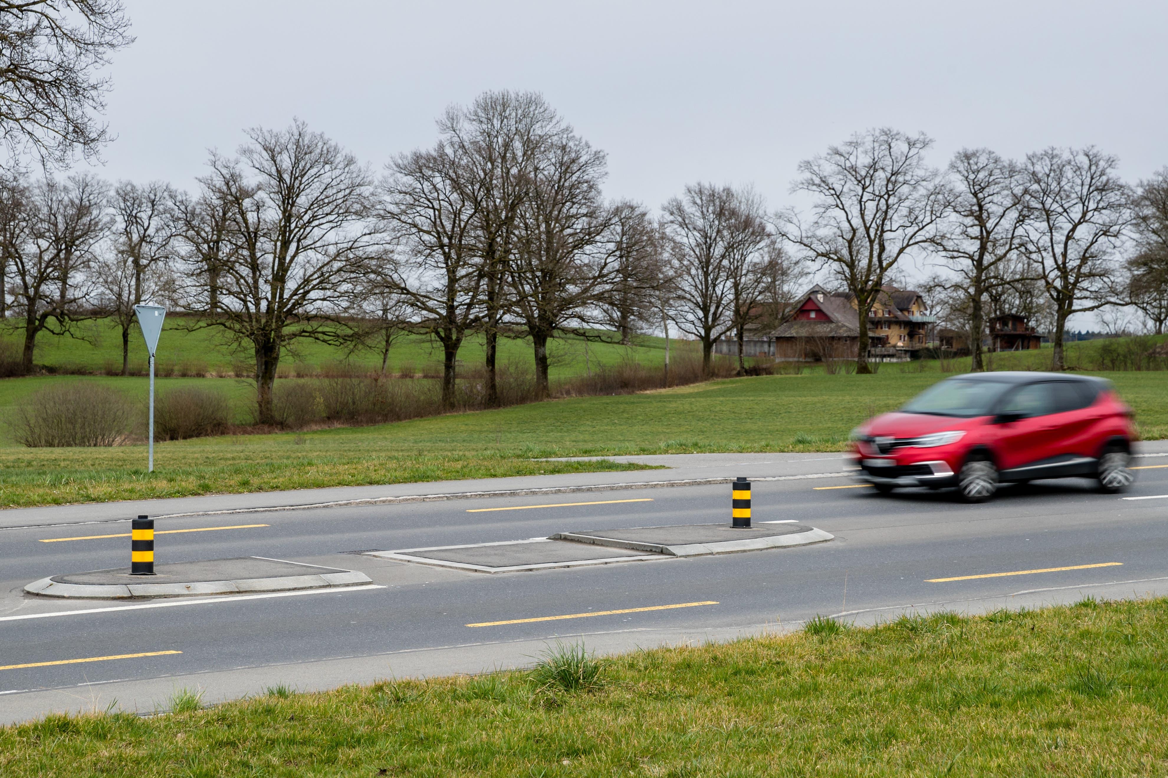 Strassenübergang ohne Fussgängerstreifen mit Verkehrsinsel bei der Bushaltestelle Lippenrüti in Neuenkirch.