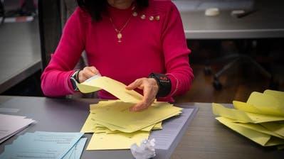 Blick ins Stimmbüro im Rathaus: Bei Wahlen undAbstimmungen kommen jeweils externe Helferinnen und Helfer zum Einsatz. (Bild: Ralph Ribi (9. Februar 2020))