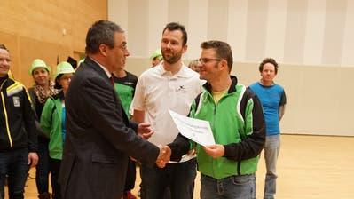 Am 3. Dezember nimmt Wolfgang Giella (links) das Initiativbegehren von Markus Mauchle entgegen.