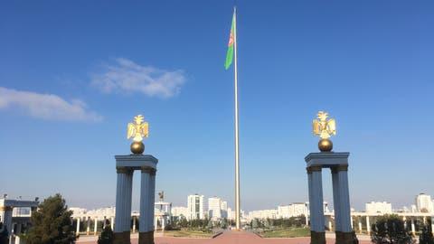 Propaganda durch Gigantismus: Mit 133 Metern gehört der Flaggenmast vor dem Nationalmuseum Turkmenistans zu den höchsten der Welt. Die Fahne hat mit 2000 Quadratmetern etwa die gleiche Fläche wie drei Tennisplätze. (Urs Lindt/freshfocus)