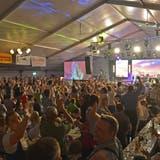 Am Alpenland Musikfestival herrscht immer ausgelassene Stimmung im grossen Festzelt. ((Bild: Mario Testa, 2018))