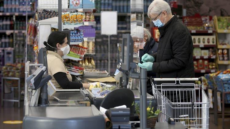 Ein Supermarkt in Wien: Einkaufen kann man in Österreich seit heute nur noch mit Gesichtsmaske. (Ronald Zak / AP)
