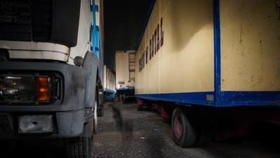 Abgestellt und vergessen: Der Wagenpark des Circus Royal. (Bilder: Raphael Rohner)