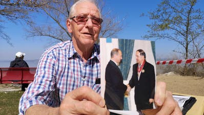 Werner Rüegsegger zeigt ein Foto seines Bekannten Khazret Sovmen mit dem russischen Präsidenten Wladimir Putin. (Bild:Martina Eggenberger)