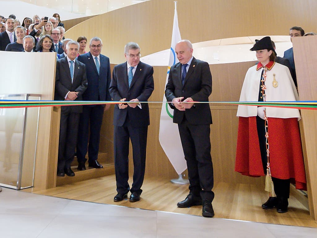 Bundesrat Ueli Maurer (Mitte rechts) und IOC-Präsident Thomas Bach durchschneiden bei der Eröffnung des neuen IOC-Hauptgebäudes in Lausanne das Band
