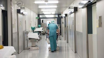 Weniger Notfälle, keine Wahleingriffe: Derzeit sind die Spitäler wegen des Coronavirus stark unterbelegt, die Einnahmen sinken. (Ralph Ribi)