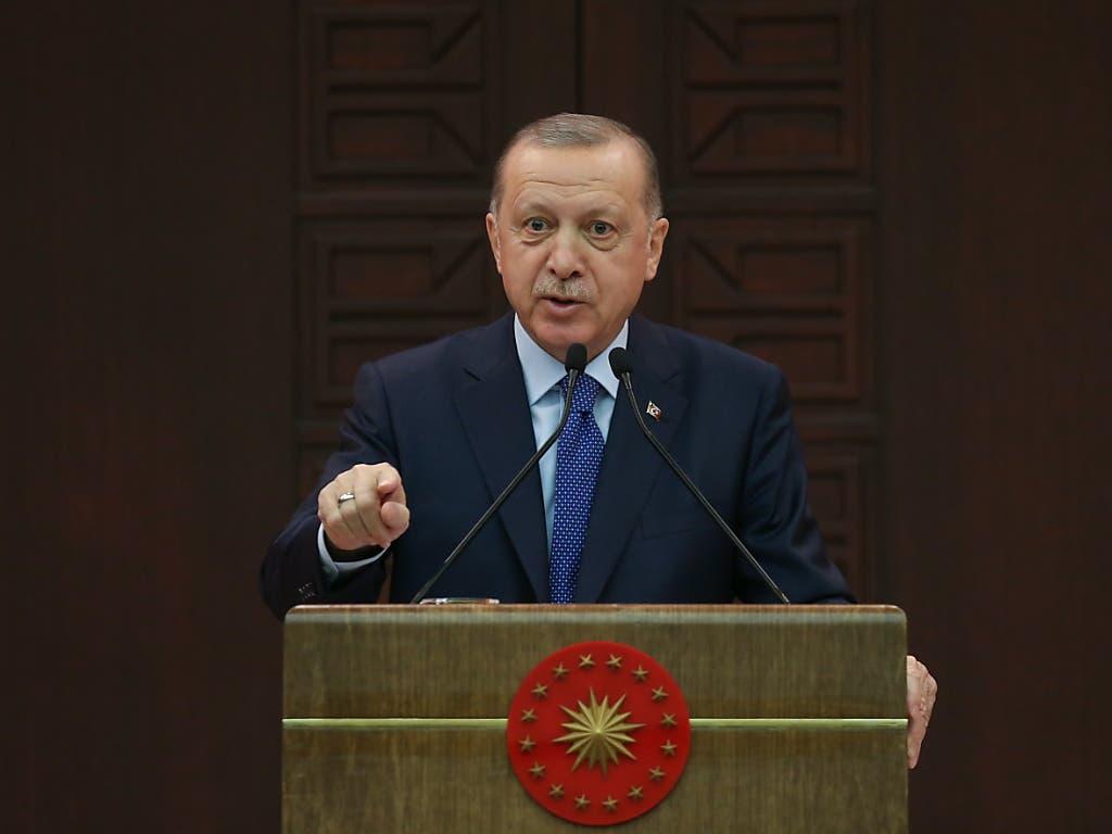 Der türkische Präsident Recep Tayyip Erdogan hat den Rücktritt des Innenministers Suleyman Soylu abgelehnt. Soylu hatte zuvor seinen Rücktritt wegen der Coronavirus-Ausgangssperre bekannt gegeben.