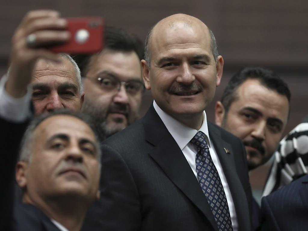 Der türkische Innenminister Suleyman Soylu (Bildmitte) hat seinen Rücktritt bekannt gegeben. Präsident Recep Tayyip Erdogan lehnte den Rücktritt kurz darauf ab.