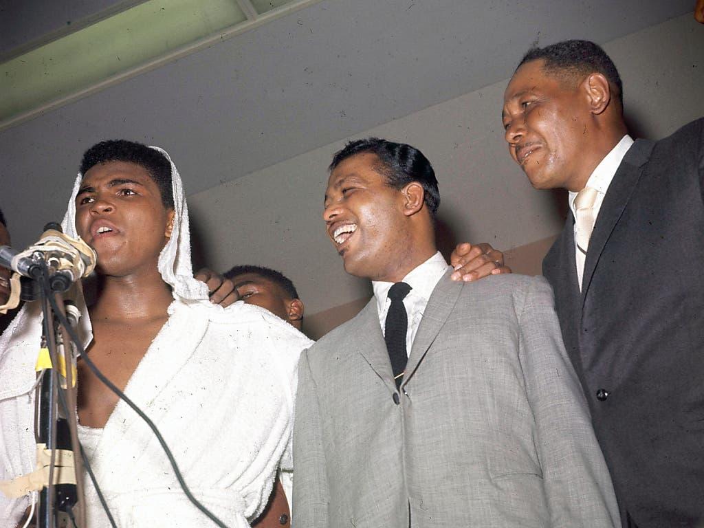 Zwei der grössten Boxer aller Zeiten: Muhammad Ali (ganz links) mit Sugar Ray Robinson im Arm (Februar 1964 in Miami)